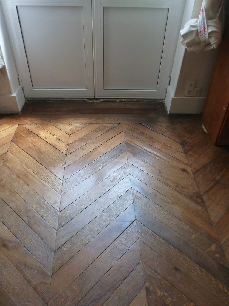 Restauration d'un parquet en chevron ancien
