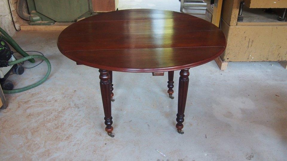 Une table ronde en acajou